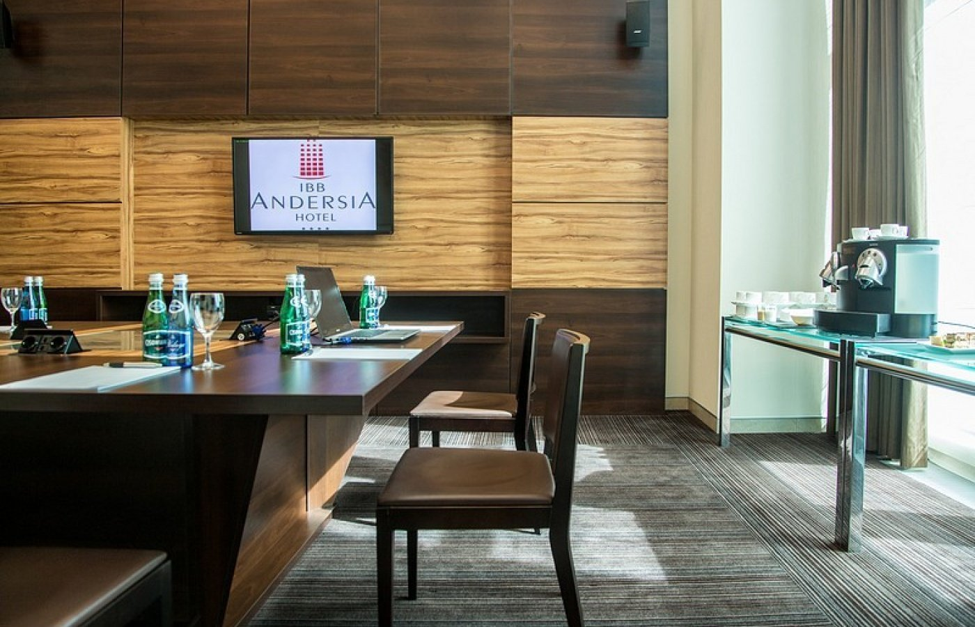 Organise a meeting up to 12 persons and don't worry about catering.